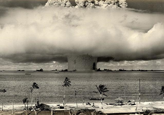 A explosão de bomba hidrogênio dos EUA no atol de Biquíni, nas Ilhas Marshall, no Pacífico (1954)