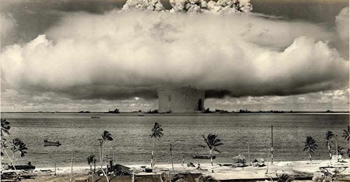 A explosão de bomba hidrogénio dos EUA no atol de Biqini, nas Ilhas Marshall, no Pacífico (1954)
