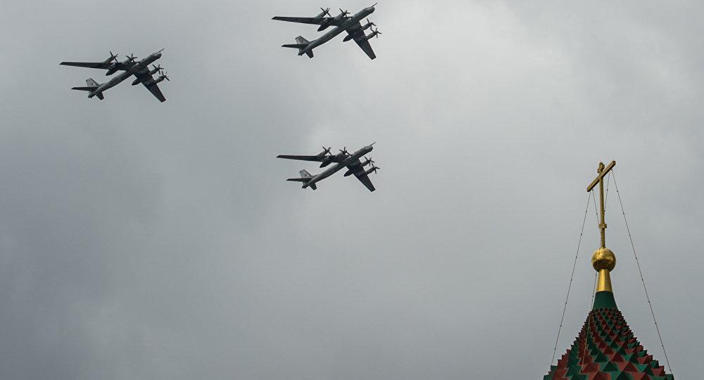 Bombardeiros estratégicos russos Tu-95MS durante vôos de treinamento para a parada militar de 9 de maio de 2016