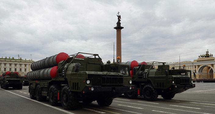 Sistemas da defesa antiaérea S-300 durante os ensaios  do desfile militar na Praça do Palácio em São Petersburgo, maio de 2016