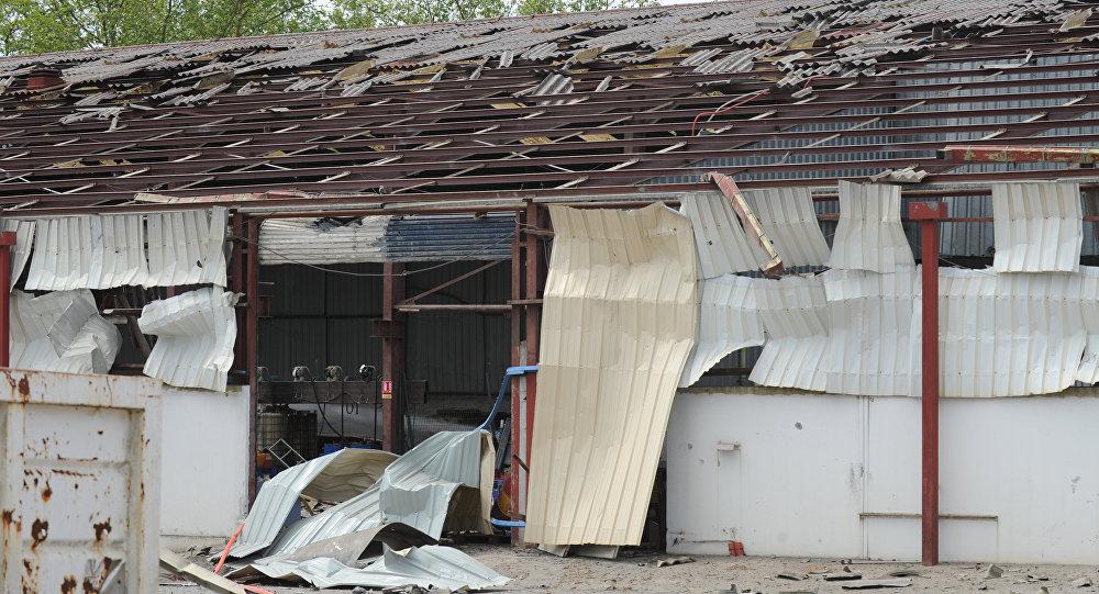 Foto tirada na fábrica da zona industrial ao norte de Bayonne após explosão em 12 de maio de 2016