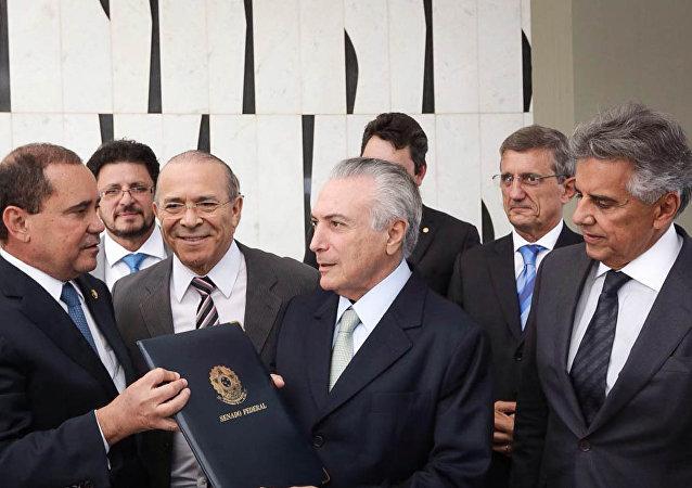 Michel Temer assina notificação de posse como presidente interino