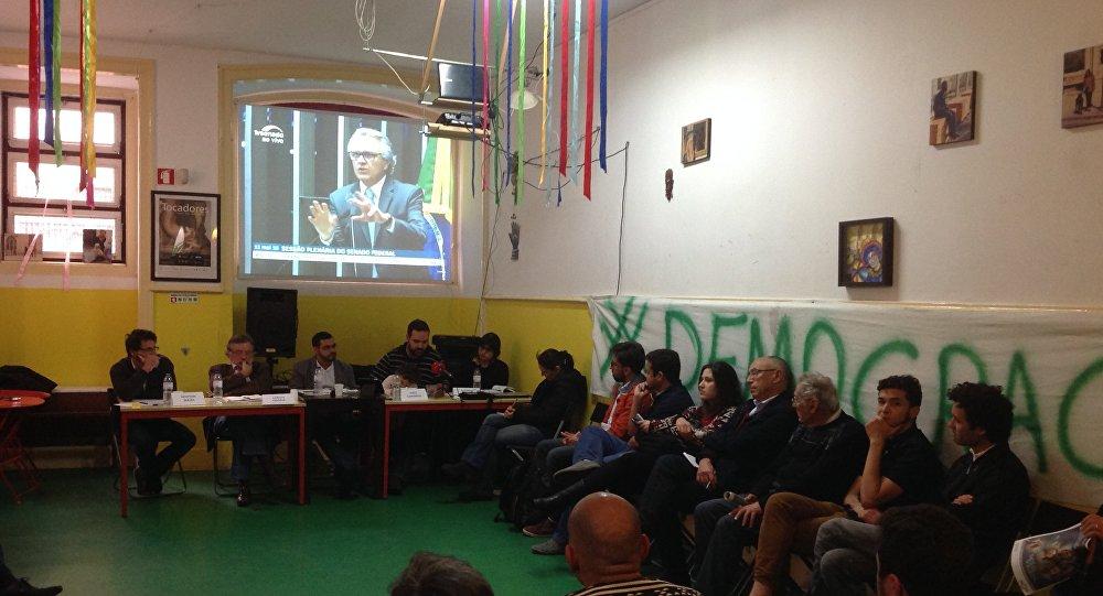 Brasileiros acompanham sessão do afastamento de Dilma no Senado em Lisboa
