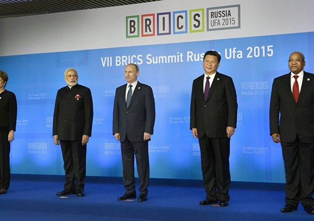 Líderes dos países BRICS antes de primeira sessão da 7 cúpula do bloco em Ufa, Rússia, 9 de julho de 2015