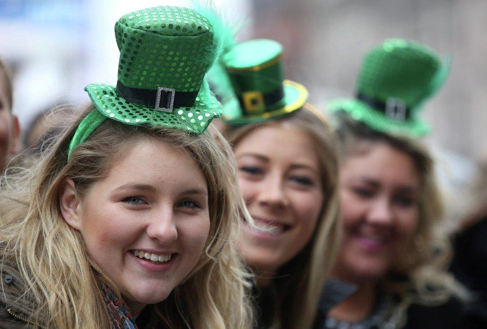 Meninas participam de uma parada no centro de Londres, Reino Unido