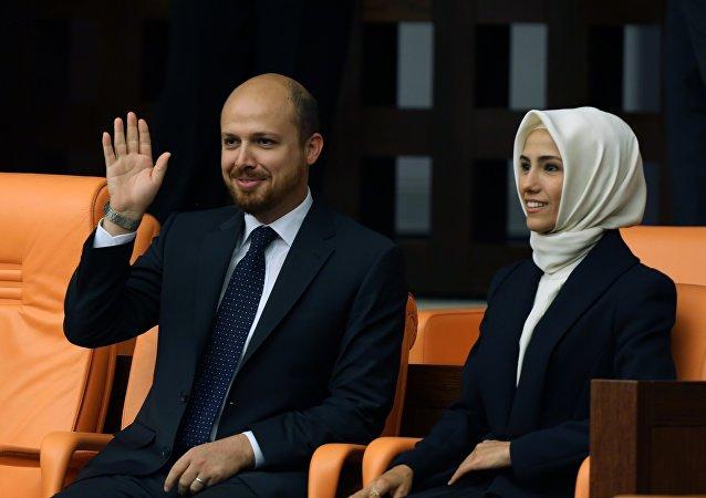 Sumeyye Erdogan ao lado de seu irmão Bilal Erdogan