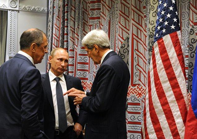 Presidente russo Vladimir Putin, ministro das Relações Exteriores russo Sergei Lavrov, e Secretário dos EUA, John Kerry na Assambleia Geral da ONU em 28 de setembro, 2015