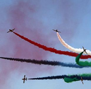Equipe Al-Fursan da Força Aérea dos Emirados Árabes Unidos durante o show aéreo de Dubai, 8 de novembro de 2015