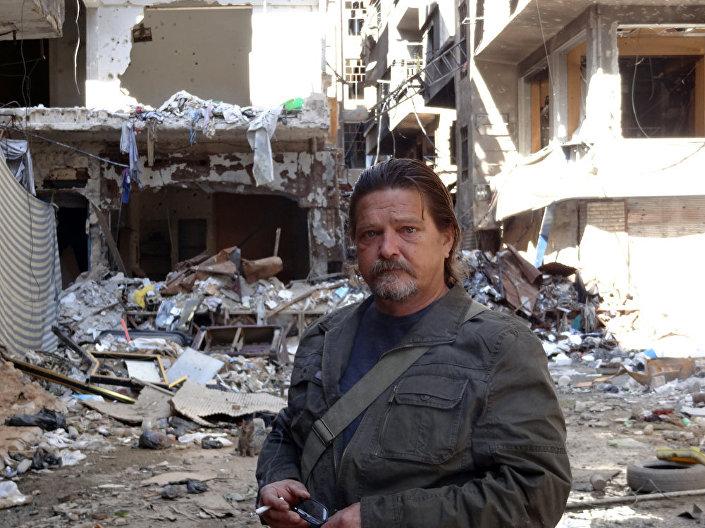 Jornalisra Miguel Fernández na zona de combates nas montanhas de Qalamun