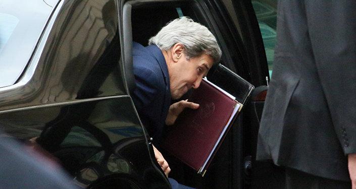John Kerry, secretário de Estado dos EUA, sai do carro chegando à conferência sobre Líbia em Viena, em 16 de maio de 2016
