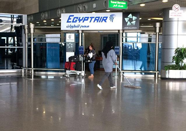 O logotipo da empresa aérea Egyptair na seção de chegadas do Aeroporto Internacional do Cairo, Egito. 19 de maio, 2016