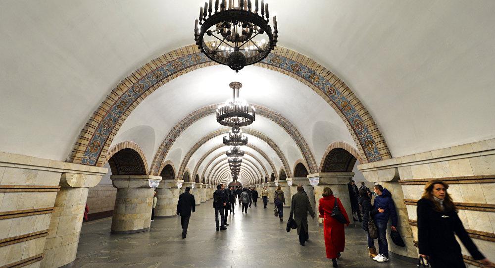 Foto tirada em 13 de novembro de 2012 em Kiev na estação de metrô Porta do ouro.