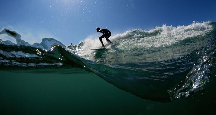 Um surfista pega uma onda em Varazze (Itália)