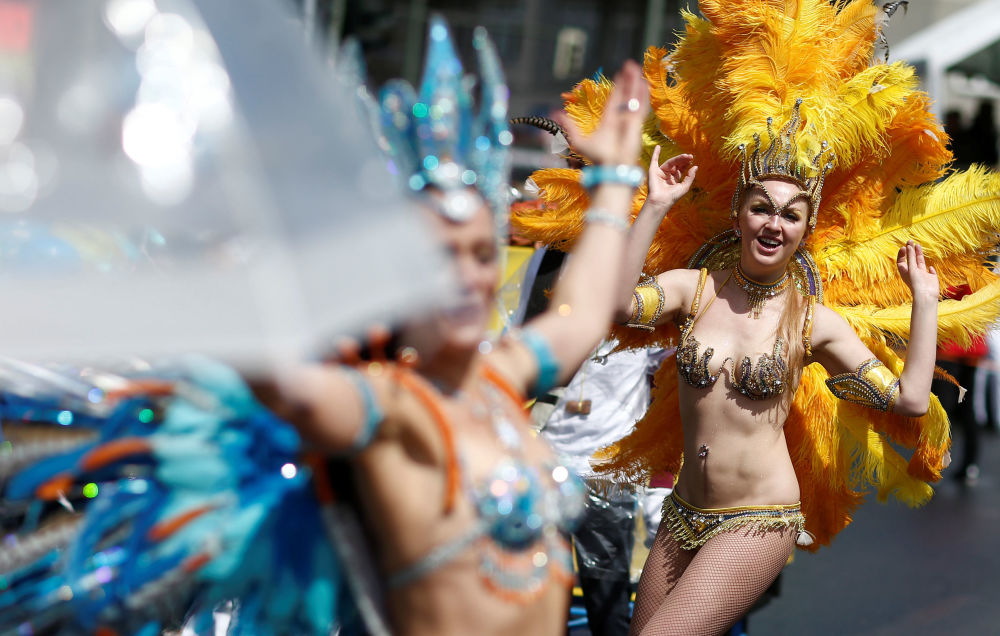 Dançarinas luzem roupa e corpo durante o carnaval em Berlim (Alemanha)