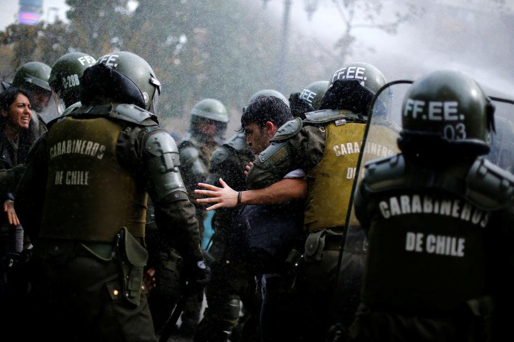 Estudantes chilenos são detidos pela polícia durante protestos em Santiago