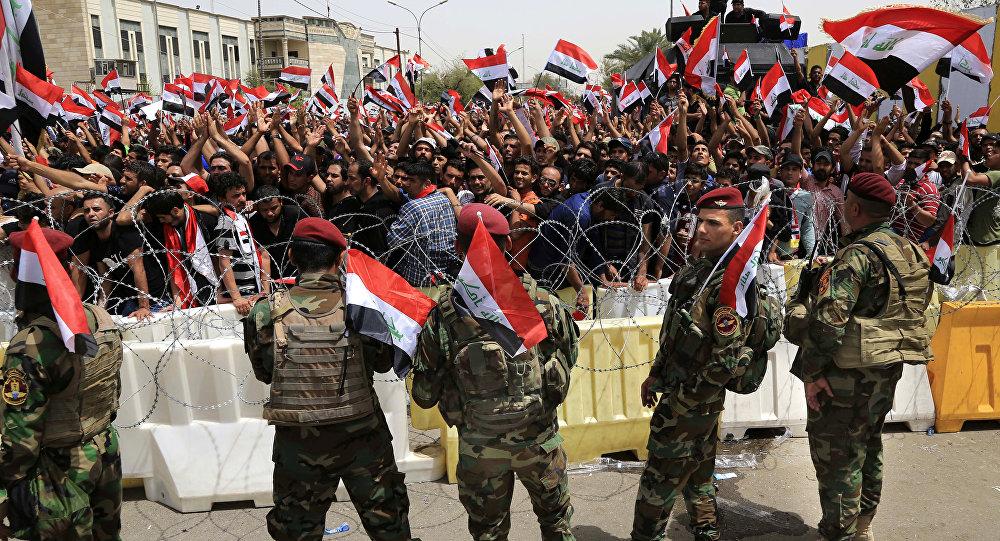 Forças de segurança iraquianas em guarda na fortificada Zona Verde de Bagdá diante de manifestantes e seguidores do clérigo xiita Muqtada al-Sadr (26 de abril de 2016).