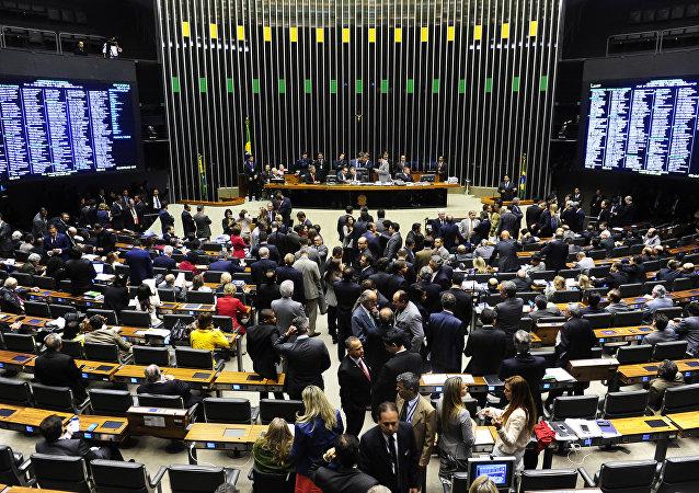 Senado discute revisão de meta fiscal, que pode ser votada nesta terça-feira pela Casa.