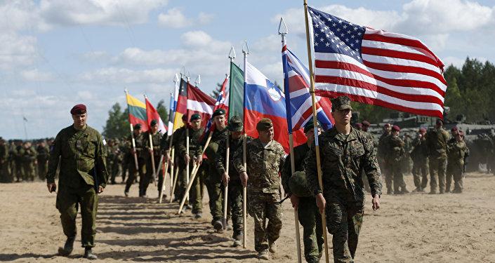 Soldados da OTAN na  cerimônia de abertura dos exercícios militares na Lituânia em 8 de junho, 2015