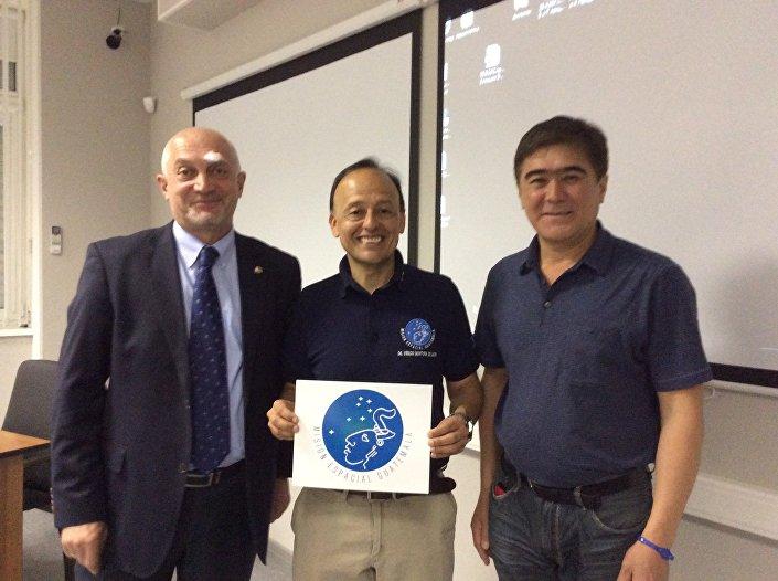 Vinicio Montoya (ao centro) com membros da Agência Espacial Russa e do Centro de Treinamento de Cosmonautas Yury Gagarin