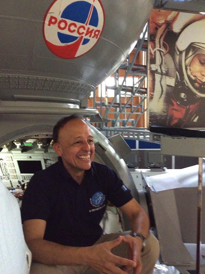 Vinicio Montoya no Centro de Treinamento de Cosmonautas Yury Gagarin