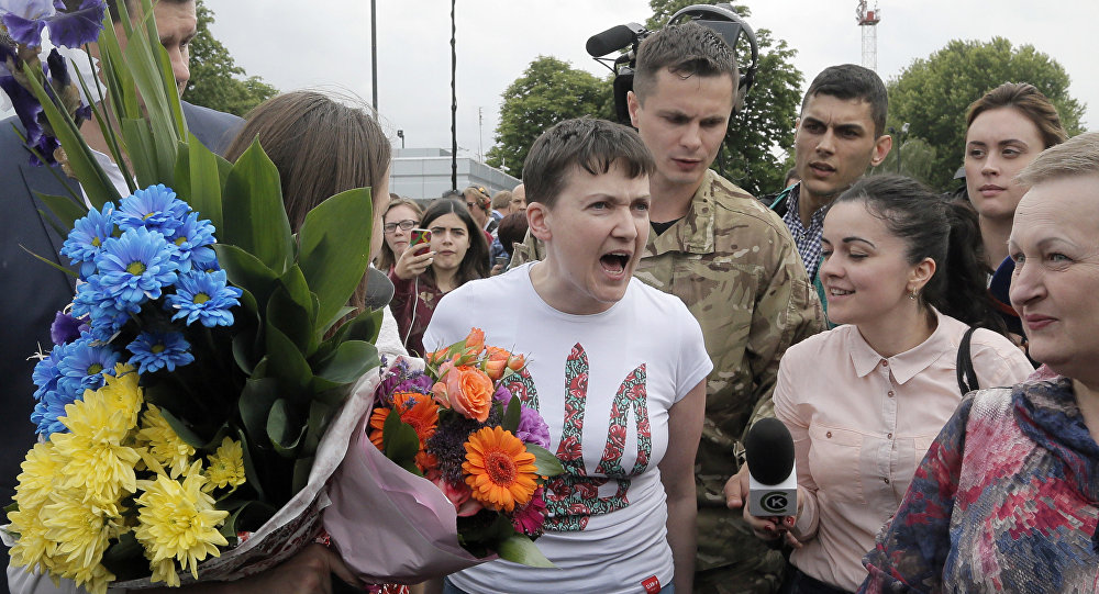 Militar e deputada ucraniana Nadezhda Savchenko fala com jornalistas ao retornar a Kiev