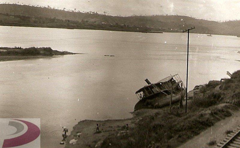 Vapor Juparanã à beira do rio Doce, ES, Brasil