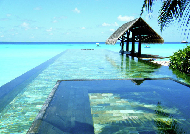 Uma estância popular de Maldivas tem umas de mais belas piscinas de borda infinita do mundo.