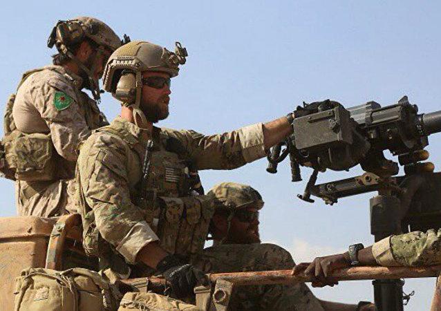 Soldados dos EUA usando símbolos bordados das Unidades de Proteção Popular (YPG) curdas no norte da Síria