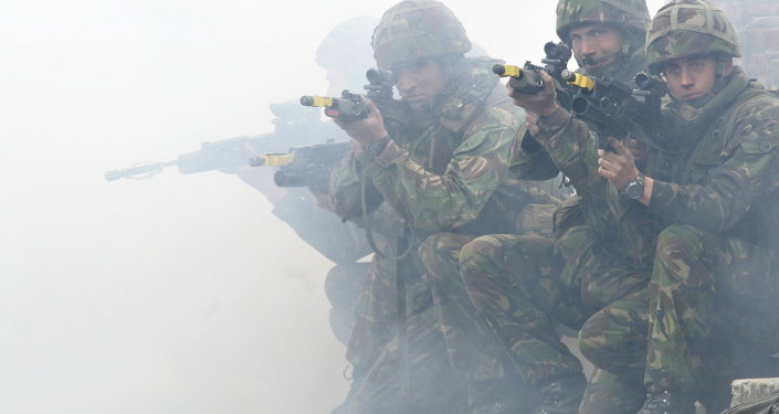 Soldados da Marinha do Reino Unido mostram métodos de combate durante exercícios da OTAN, em 16 de maio, 2007.
