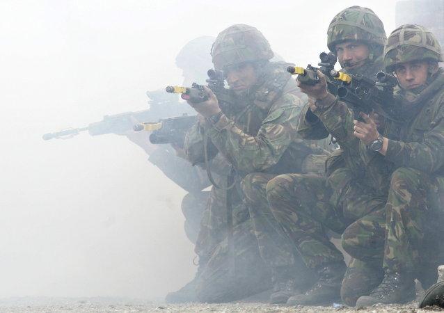 Soldados da Marinha do Reino Unido mostram métodos de combate durante exercícios da OTAN