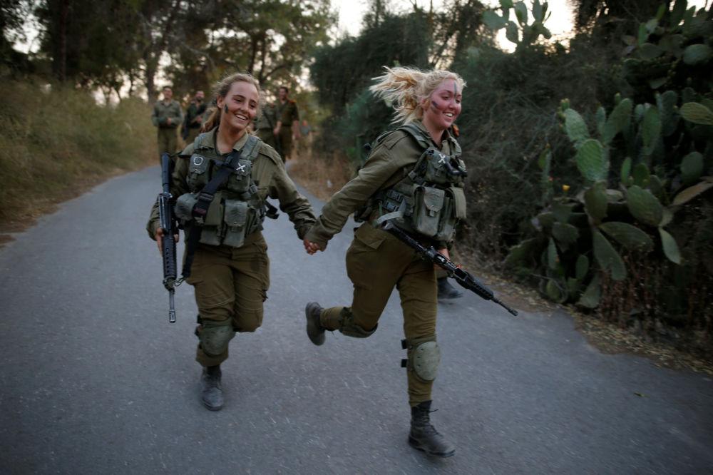 As militares da equipe de resgate durante as manobras no bosque Ben Shemen, nos arredores de Modiin, Israel. 23 de maio de 2016.
