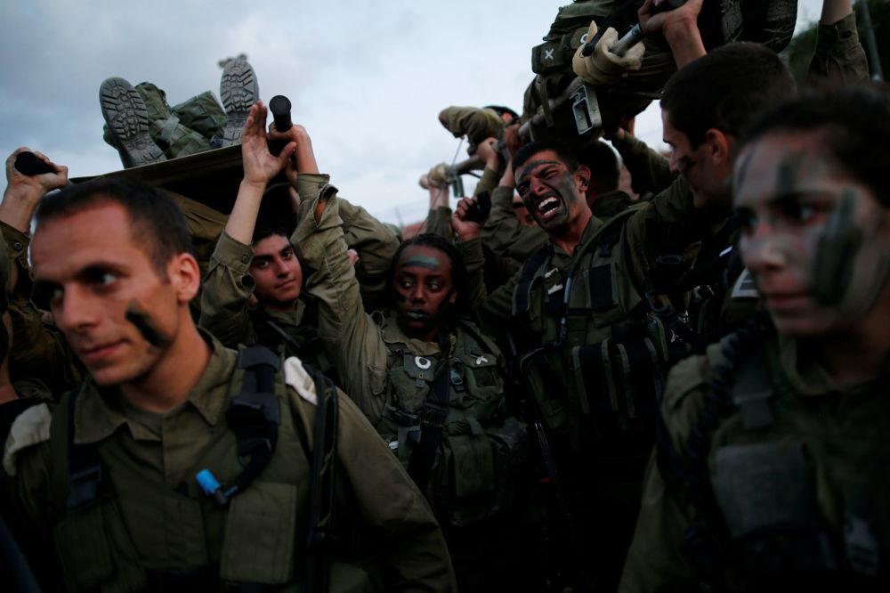 Passado um ano, as jovens efetuam o treinamento de combate básico, após isso são distribuídas pelas formações militares no país.  Na foto: Militares de uma equipe de resgate durante manobras na floresta de Ben Shemen, arredores de Modiin, Israel, 23 de maio de 2016.