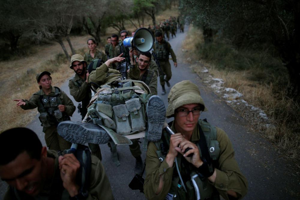 Aos 17 anos, todas as jovens israelenses são convocadas pelos centros de recrutamento, onde têm que passar por um exame médico, um teste psicológico e um teste de QI.