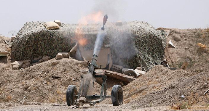 Combatentes das Forças Democráticas da Síria disparam morteiros contra posições do Daesh na província de Raqqa, na Síria