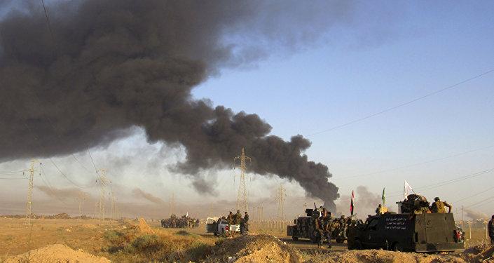 Iraque, militares iraquianos observam ataque aéreo da coalizão liderada pelos EUA às posições do Daesh em Fallujah