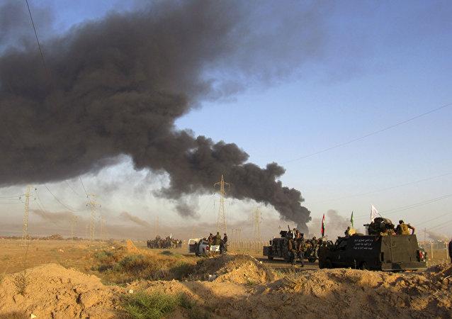 Militares iraquianos observam ataque aéreo da coalizão liderada pelos EUA às posições do Daesh em Fallujah