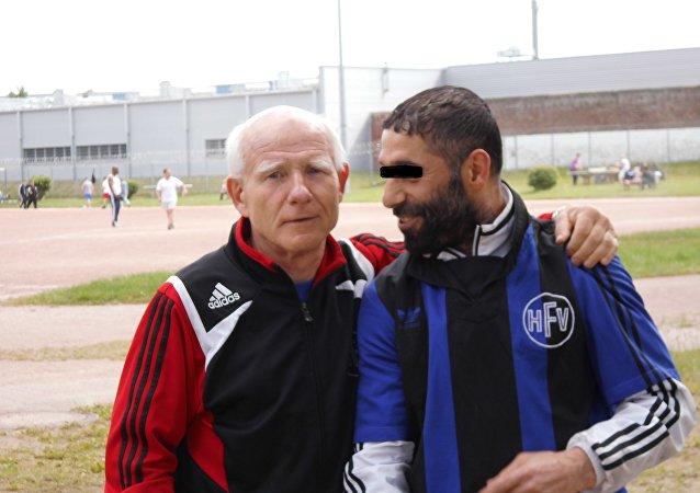 Gerhard Mewes, o treinador do clube de futebol da prisão