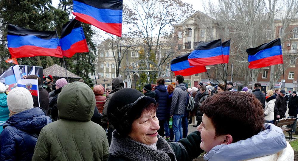 Residentes da autoproclamada República Popular de Donetsk comemoram a reunificação da Crimeia com a Rússia, 18 de março de 2016