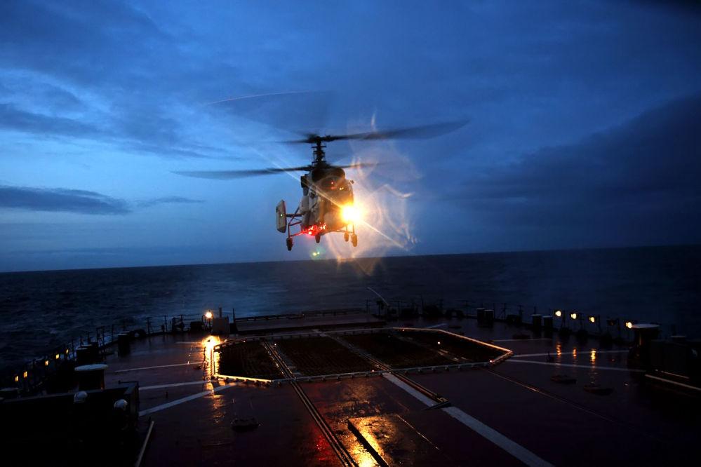 Grupo aéreo do destacamento de navios de combate da Frota do Norte realizando voos noturnos planejados na região de Atlântico Nordeste