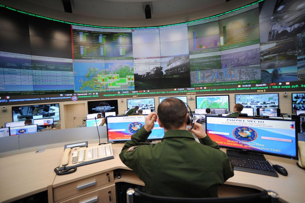 Soldado no centro da gestão das atividades cotidianas das Forças Armadas da Federação da Rússia