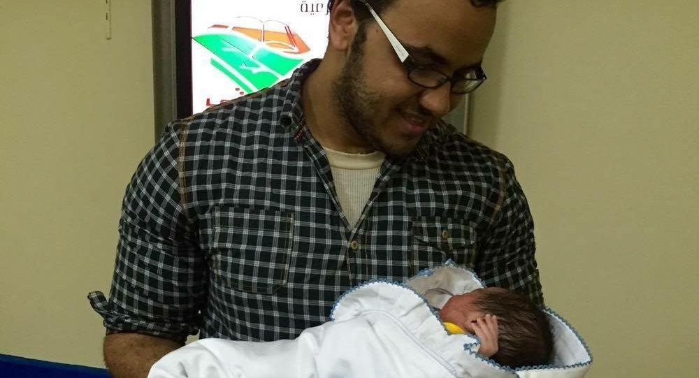 Moamen Mokhtar, jornalista egípcio com seu filho Putin