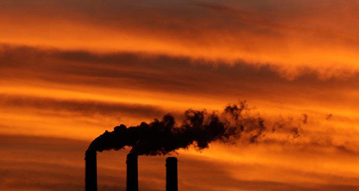 Nesta foto, patos sobrevoam a fumaça de gases-estufa no Kansas, EUA; porém, isso não significa que sejam protegidos completamente do aquecimento global