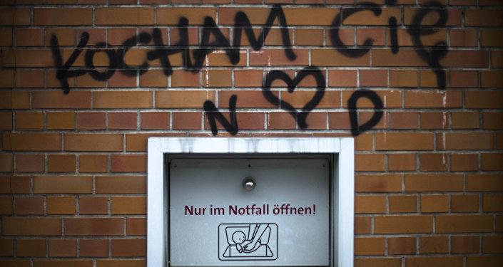 Uma janela da vida na Alemanha (no barirro Neukolln, sudeste de Berlim) com uma inscrição em polaco que diz Eu te amo!