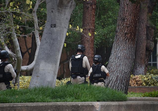Policiais cercam a Universidade da Califórnia em Los Angeles
