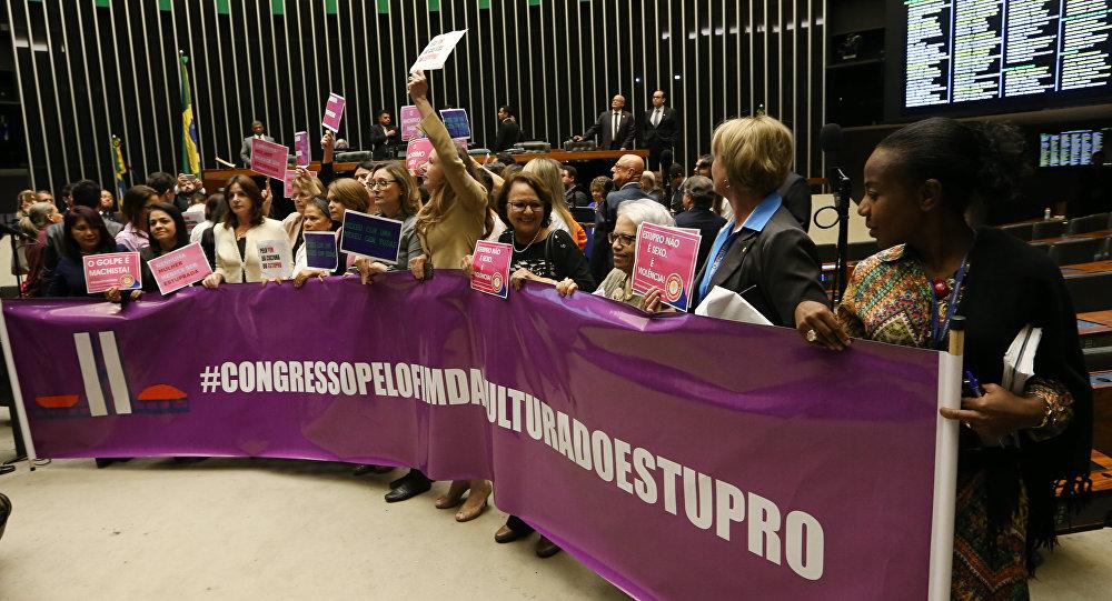 Parlamentares e representantes femininas realizam protesto pedindo o fim da cultura do estupro, no Congresso Nacional