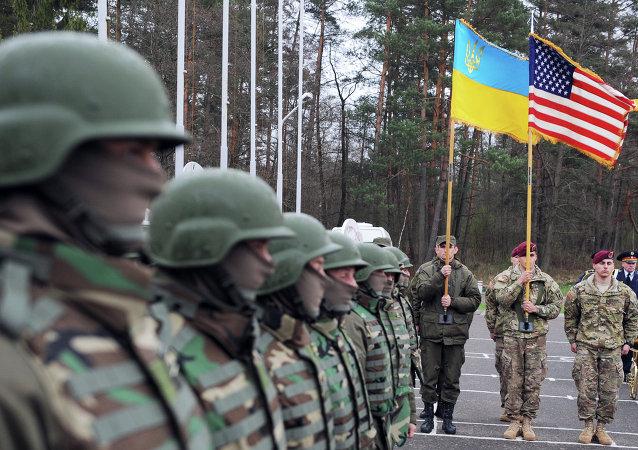 Soldados ucranianos e americanos durante treinamentos em Yavoriv