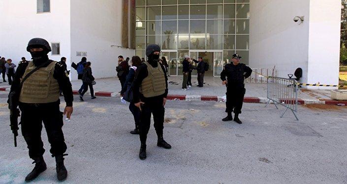 Polociais da Tunísia guardam a entrada do Museu Nacional do Bardo, em Túnis, em 19 de março de 2015