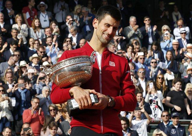 Novak Djokovic com o troféu de Roland Garros 2016