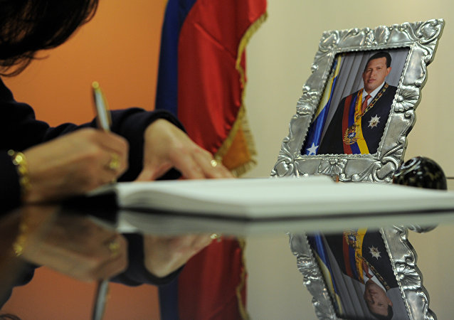 O foto de ex-presidente venezuelano Hugo Chávez na mesa da ministra conselheira da missão mexicana nos EUA