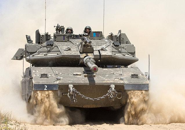 Tanque israelense próximo à fronteira entre Israel e Faixa de Gaza